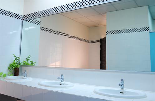 Не стоит использовать в интерьере слишком много зеркал и зеркальных поверхностей.