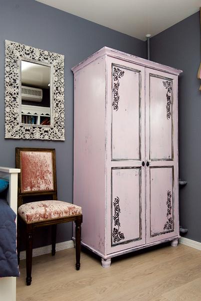 Расписной шкаф в интерьере детской.