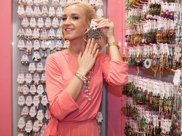 Ольга Бузова на открытии магазина бижутерии