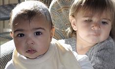 Ким Кардашьян одевает дочь в одежду собственного дизайна