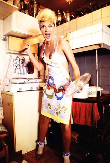 Образ домохозяйки - дань клипу Бейонсе «Why Don't You Love Me».
