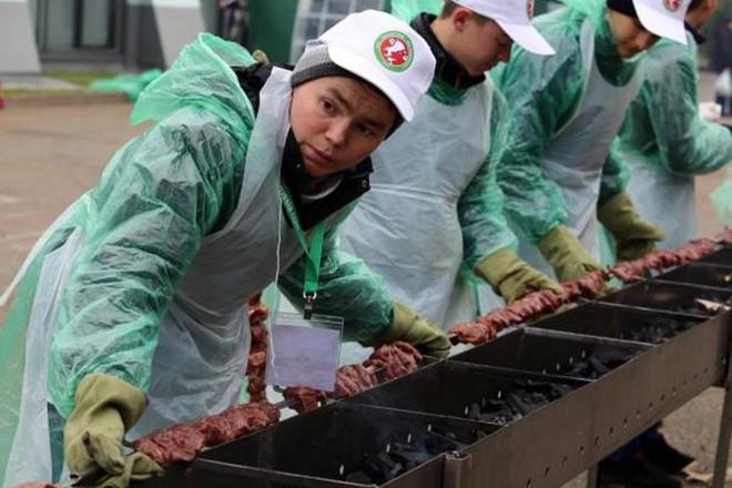 В Казани собрали гигантский смайл из 18 тысяч разноцветных печений