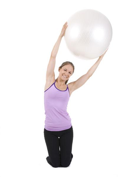 Упражнение 3: наклоны с мячом