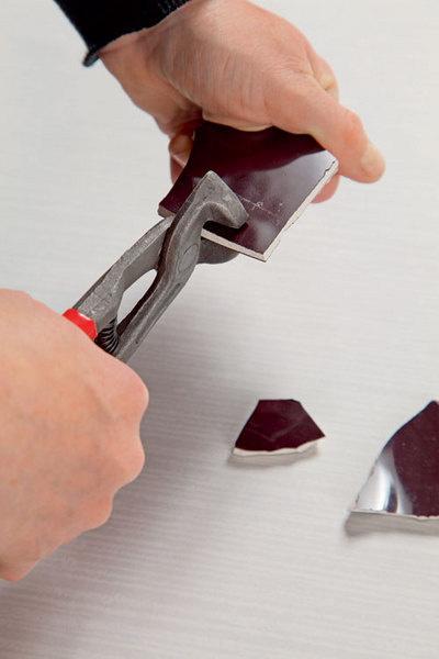 Если названных инструментов подрукой нет, применяют молоток.
