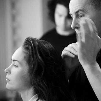 Профессиональная команда визажистов и стилистов сплоченно работает над созданием образа Меган Фокс.