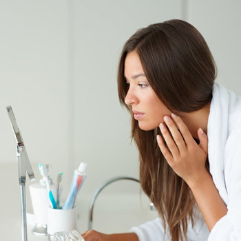 Недостаток витаминов и полезных веществ в организме сразу отражается на состоянии кожи. Например, при дефиците витамина В появляются заеды на губах.