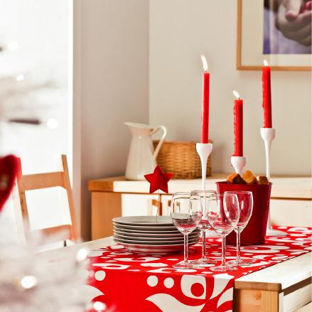 Красный цвет очень активен, поэтому, чтобы придать даже самой обычной сервировке праздничное настроение, достаточно добавить всего несколько аксессуаров.