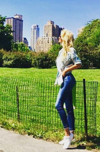 Виктория Лопырева прошлась по Нью-Йорку в секси-джинсах