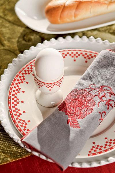 Небольшую стопку тарелок можно украсить подходящими по узору дополнениями – текстильной салфеткой и подставкой под яйцо. По этикету после многочисленных основных блюд и десерта на стол полагается подавать фрукты и коньяк или ликер.