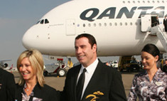 Джон Траволта приветствует пассажиров на борту авилайнеров