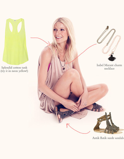 Для макси-платья Гвинет Пэлтроу предлагает несколько сочетаний, в том числе и вариант casual.