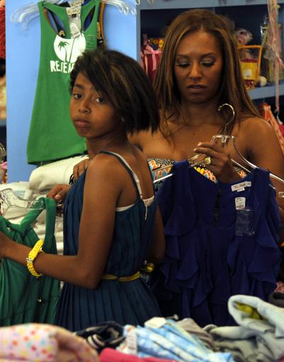 Мел Би (Melanie Brown) помогает дочери Феникс Чи (Phoenix Chi) с покупками.