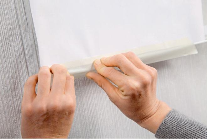 Используя малярный скотч, эскиз рисунка фиксируют стыльной стороны подноса.