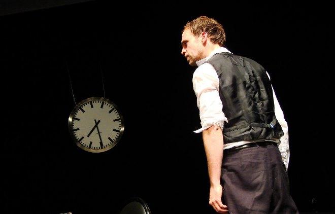 Фрагмент немецкого спектакля «Человек-подушка»