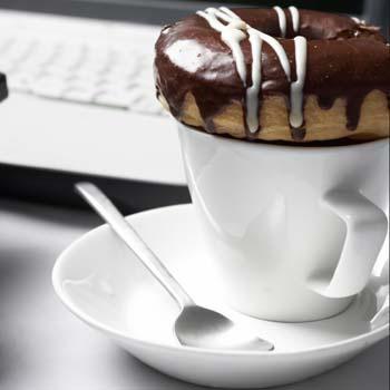 Если вы перекусываете на рабочем месте, выбирайте нежирную и не хрустящую еду без резких запахов.