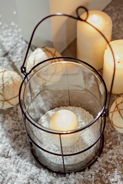 Идея №19. Новогодние фонари. Внутри фальшкамина, а также на подоконниках и открытых полках расставим свечи и фонари.