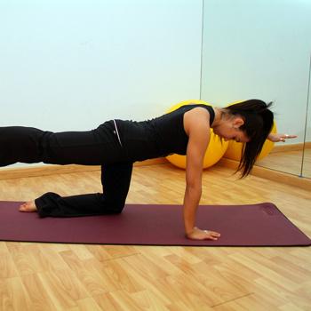 Заниматься пилатесом лучше всего босиком, чтобы мышцы голени и стопы были активно задействованы в работе.