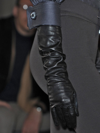 Классические длинные перчатки на показе Andrew GN, осень-зима 2011