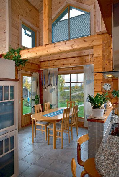 Столовая, гостиная. Несущие конструкции и стены деревянного дома достаточно элегантны и безобоев или покраски.