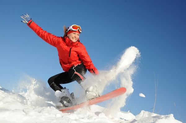 Женщина на сноуборде