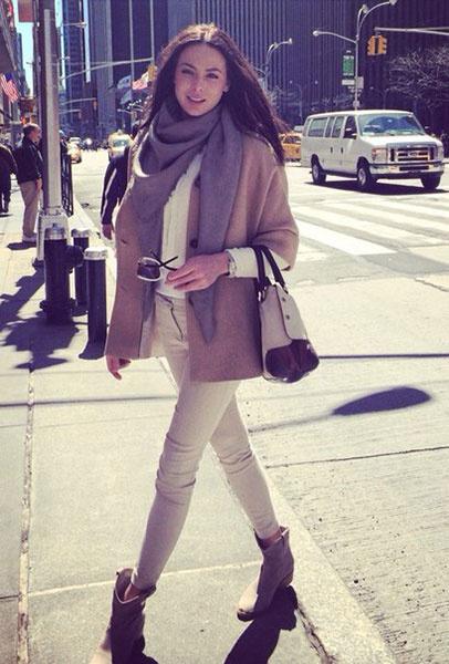 Юлия Алипова в пальто с укороченным рукавом