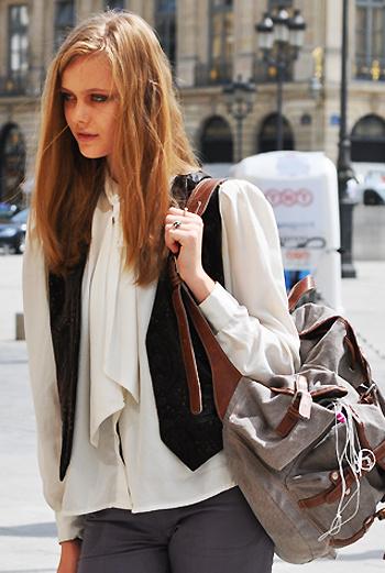 Шелковая блуза и жилет – не помеха для рюкзака.