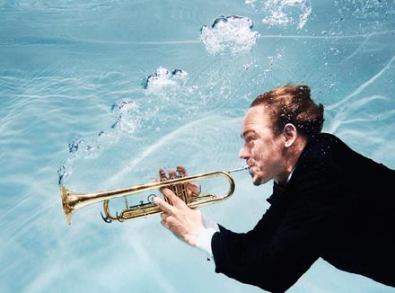 Человпек играет на трубе под водой
