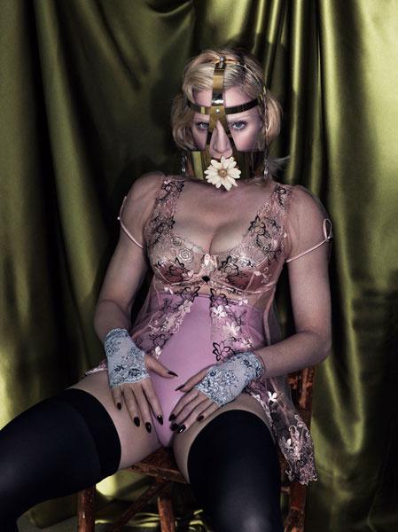 Мадонна не стесняется сниматься в откровенных позах