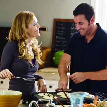 Лесли Манн (супруга режиссера фильма) и Адам Сэндлер в роли влюбленной парочки смотрятся вполне органично.