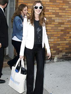 Энн Хэтэуэй (Anne Hathaway) даже на официальные мероприятия может позволить взять с собой безразмерную сумку