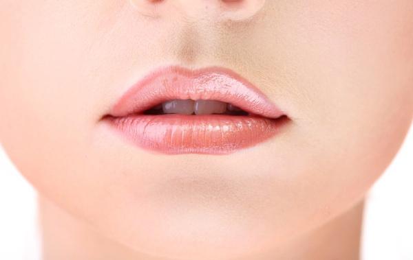 Как увеличить тонкие губы макияжем