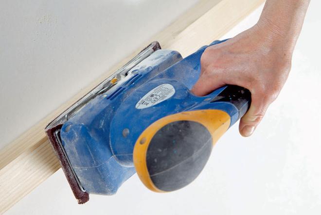 Полученные бруски тщательно обрабатывают шлифовальной машиной.