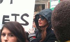 Энн Хэтэуэй вышла на демонстрацию с многотысячной толпой ньюйоркцев