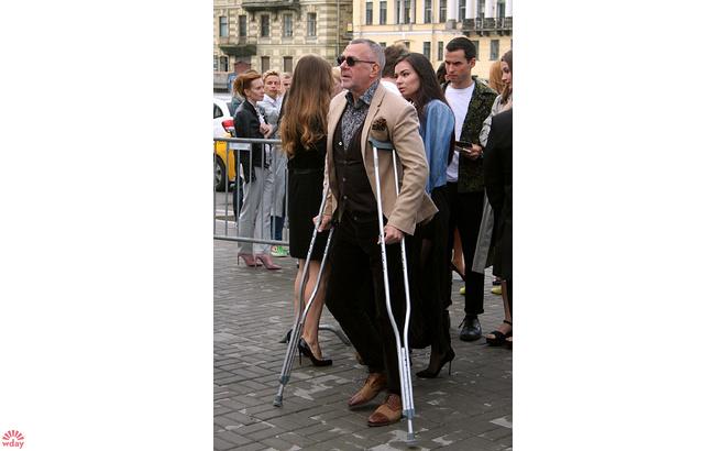 Андрей Ургант на костялях: фото