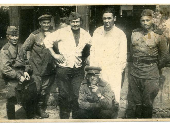Дед Гриша (второй справа) кормил на войне и солдат, и генералов. 1945 г.