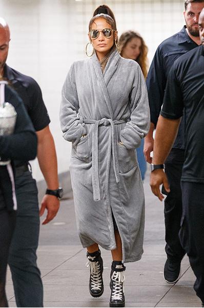 Банный день: Джей Ло спустилась в метро в халате