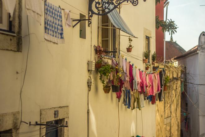 как натянуть веревки за балконом