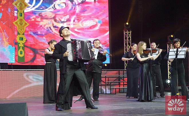 Альберт Жалилов в сопровождении музыкантов