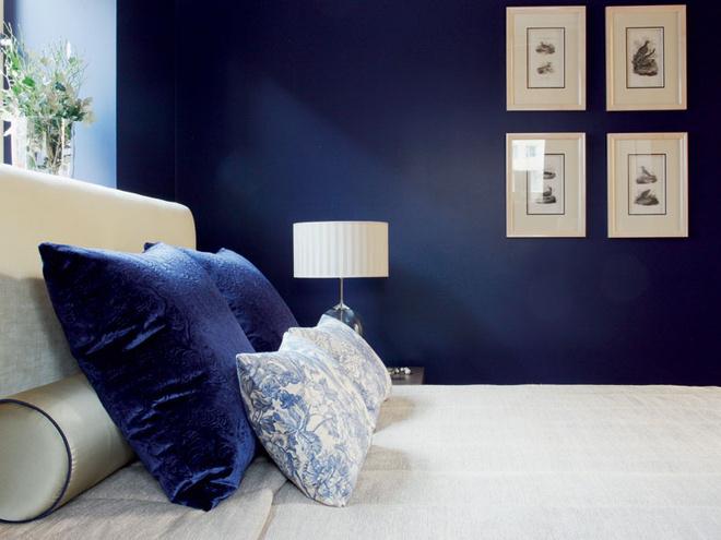 Стены спальни украшены гравюрами XIX века cизображением птиц. Подушки и абажур лампы обтянуты текстилем, Equipo DRT, Jim Thompson.