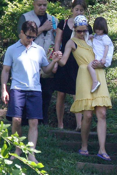 Том и Кэти с дочкой Сури гуляют по Рио-де-Жанейро