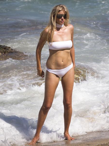Лара Стоун в купальнике, фото