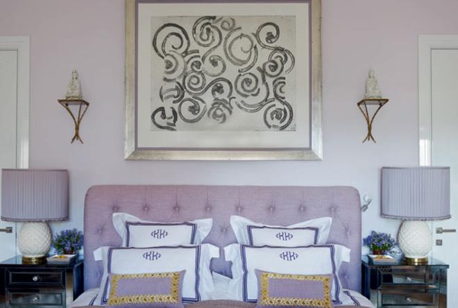 Спальня хозяев. Кровать сделана на заказ, над ней — работа Франческо Клементе. Тумбочки куплены в Лос-Анджелесе, настольные лампы — во Франции. Постельное белье сделано на заказ вкомпании Pratesi.