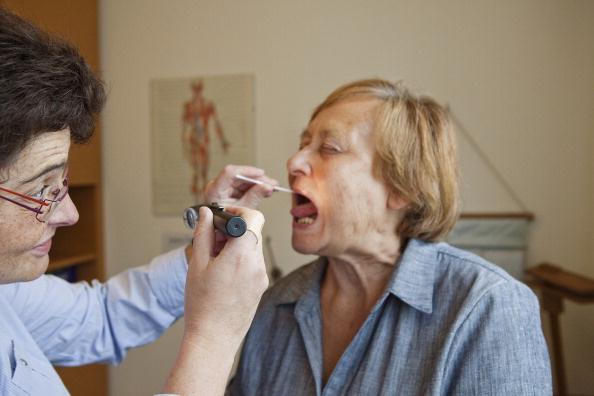 Что делать: как вытащить кость из горла?