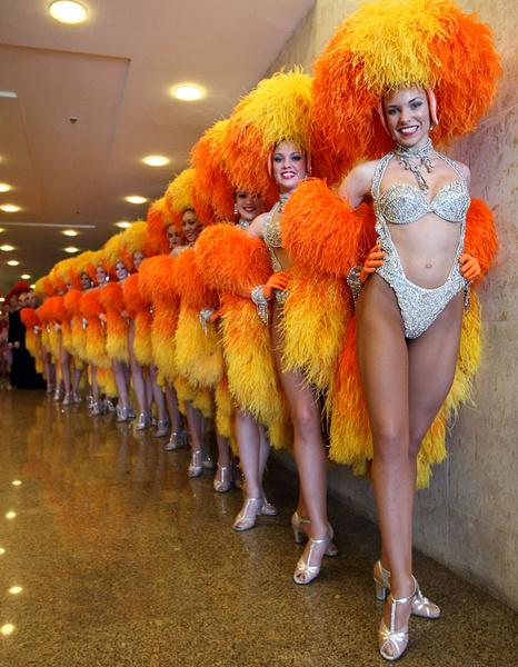 2004. С 80-х годов наряды стали похожими на купальники, появились боа из страусиных перьев.