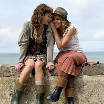 Сиенна Миллер и Кира Найтли очень органично смотрятся в роли подруг.