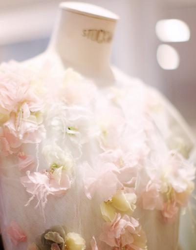 Каждая деталь платья - ручная работа