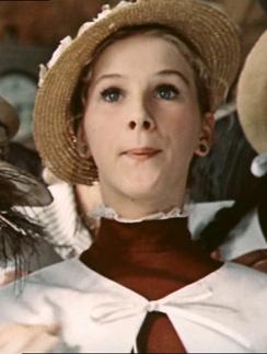 """Действие фильма """"Безымянная звезда"""" разворачивается в 1930-х года. Тогда каждая гимназистка или школница носила коричневое платье и белый фартук"""