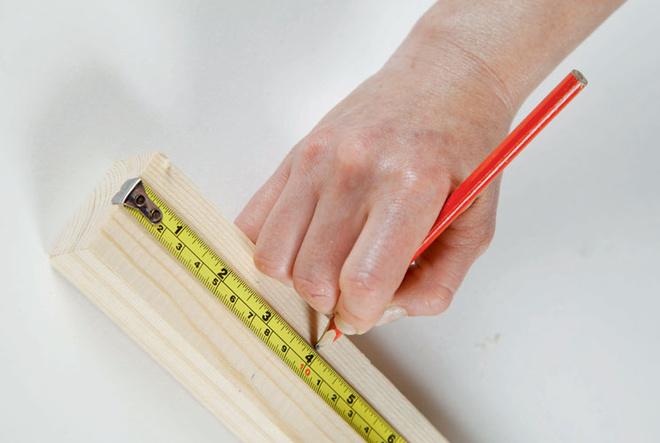 Брус сечением 5 × 3 см размечают и распиливают