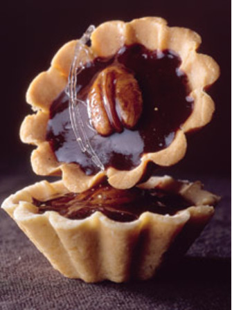 Тарталетки с орехами пекан и глазурью из черного шоколада