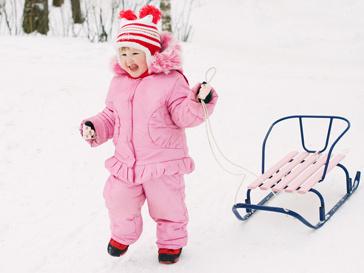 Девочка гуляет в холодную погоду